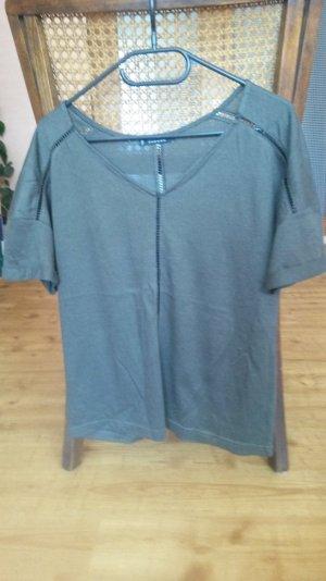 dunkelgrünes T-Shirt mit weitem V-Ausschnitt von MANGO
