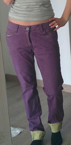 Dunkellila Jeans in Boyfriendoptik und hellgrüner Innenfarbe