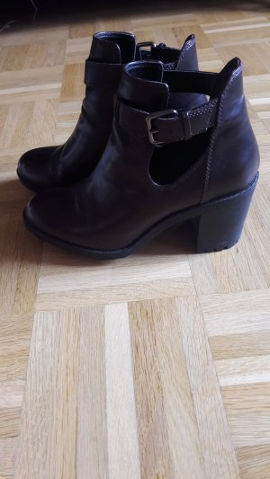 Dunkelrote Ankle Boots mit Cut-Outs