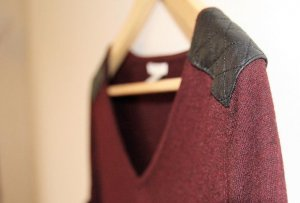 Dunkelrotes H&M Shirt mit Lederbesatz