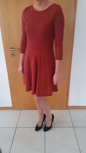 Dunkelrotes Kleid in Rippoptik