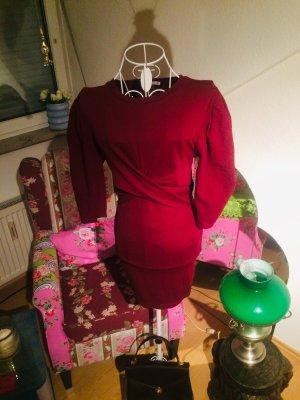 Dunkelrotes Kleid mit ballonärmeln
