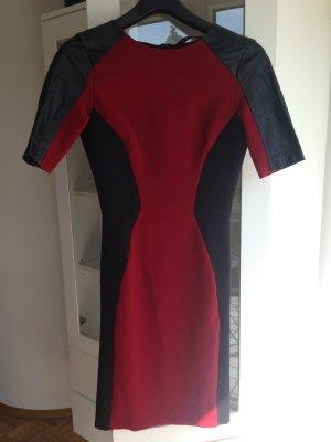 Dunkelrotes Kleid mit Kunstleder von Zara