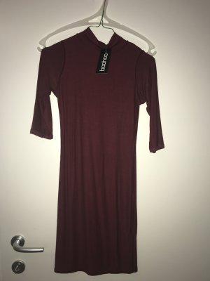 Dunkelrotes Kleid mit Rollkragen
