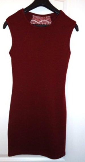 Dunkelrotes Kleid mit Spitzenbesatz