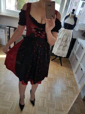 Dunkelrotes Seidendirndl mit Pailettenschürze + schwarze und weiße Carmenbluse