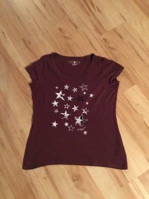 Dunkelrotes T-Shirt mit Sternen