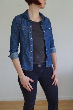 dunkle Jeans Bluse mit perlmuttfarbenen knöpfen