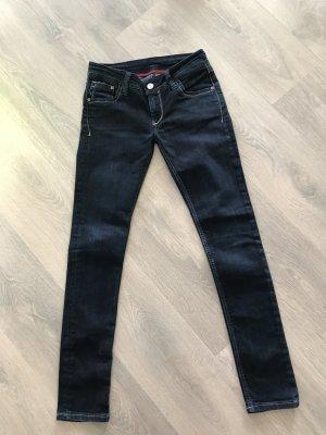 Dunkle Jeans der Marke Cross