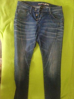 dunkle Jeans hellere Knöpfe