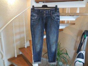 Dunkle Jeans mit rosa Waschung und Labelpatch aus Leder von Miss Sixty