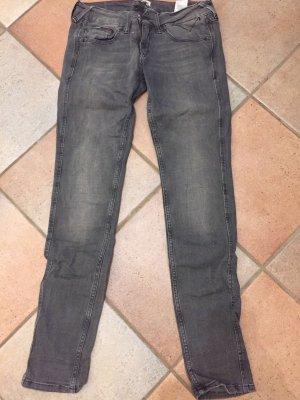 Dunkle Jeanshose der Marke Tommy