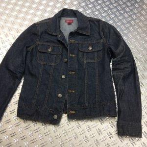 Dunkle Jeansjacke ohne Verwaschungen