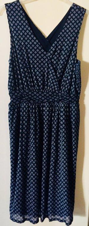 Dunkles Kleid mit feinem Muster