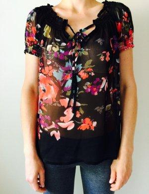 Durchsichtige Bluse mit Blumenmuster.
