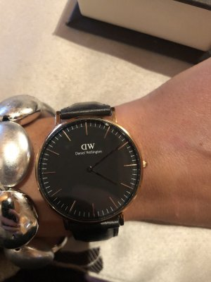 DW Uhr in schwarz