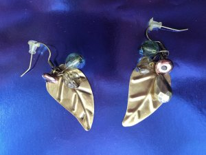 Earrings with a leaf form with transparent stones