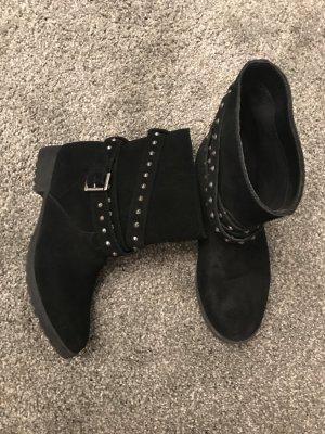 echt Leder Boots mit Nieten in schwarz von Primark.