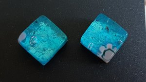 Clou d'oreille bleu fluo