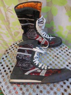 Gr. 39 (38,5) The A R T Company Cross Sky schwarz rote Schnür Stiefel wie neu, die Innensohle misst 25cm darum könnten sie eher auch bei 38,5 passen (Bei Stiefel darf man etwas über einem cm dazugeben - stehend mit Socken gemessen...) (habe braun grüne in