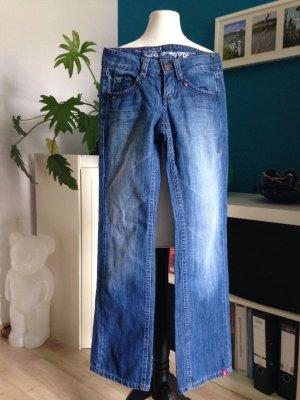 EDC Jeans in tollem jeansblau top erhalten!