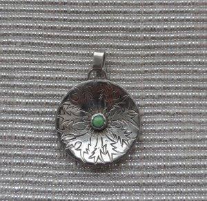 edler Anhänger aus 925 Silber mit einem grünen Halbedelstein