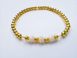 Edles Armband mit goldfarbenen und cremefarbenen Perlen