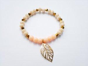 Edles Armband mit nude-, apricot- und goldfarbenen Perlen sowie filigranem goldfarbenem Blatt