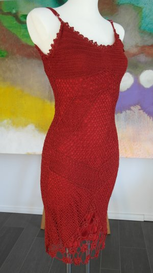 Edles und elegantes Häckelkleid in Dunkelrot