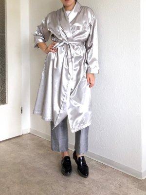 Effektvoller silberne langer Kimono mit Gurt