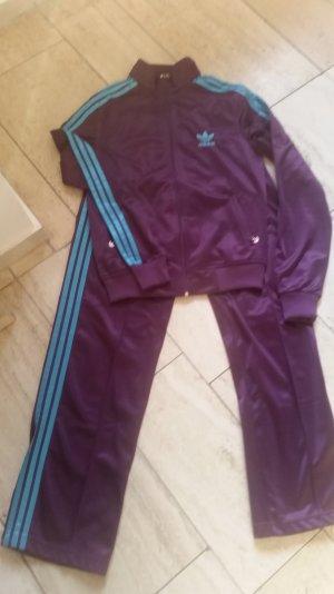 Ein Adidas Joggings Anzug