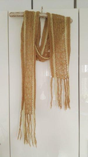 Ein beiger Schal von H&M