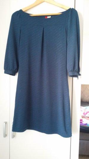 Ein dunkelblaues Kleid
