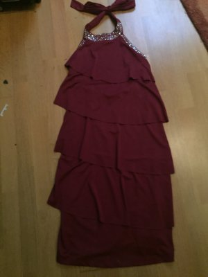 Ein eng anliegendes dunkel rotes Kleid