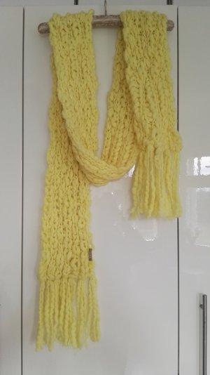 Ein gelber Schal in Überlänge