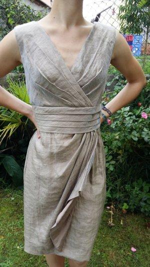 ein golden glänzendes leicht zu tragendes Kleid