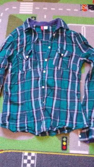 ein grünkariertes Hemd