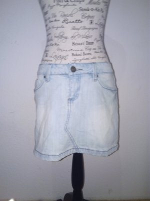 Ein heller Jeansrock