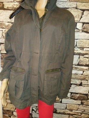 Ein idealer Outdoor-Begleiter an kühlen Tagen: die Jacke im Parka-Stil