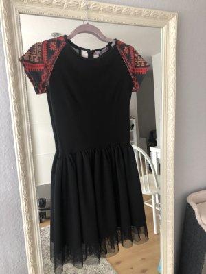 Ein Kleid mit Etno Muster