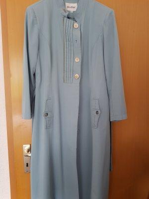 ein knielanger Mantel