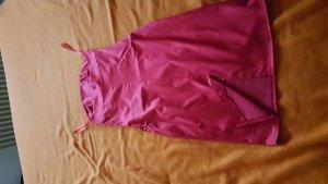 ein kurzes rotes Kleid aus Satin