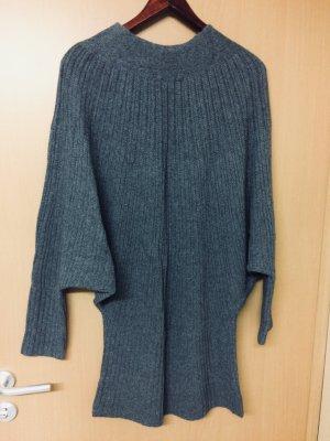 Ein langer warmer Pullover