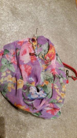 ein lila blümiger Schal von Madonna