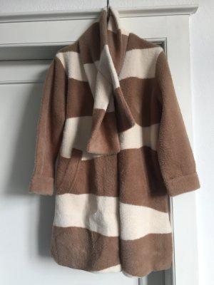 Ein Mantel mit abnehmbaren Schalkragen