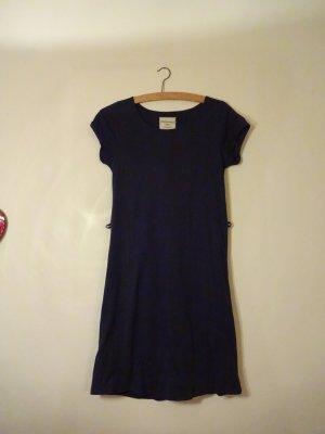 Ein Nachtblaues schmales Kleid