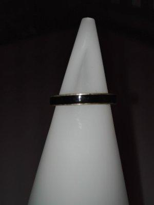 Ein Ring aus Edelstahl in schwarzen Farbe