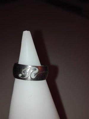 Ein schöne Ring aus Edelstahl,in Metall-Silber Optik mit Buchstaben gemustert