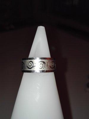 Ein schöne Ring aus Edelstahl,in Silber Optik,mit schöne Muster