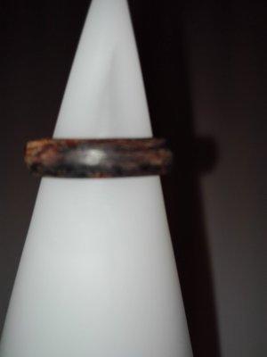 Ein schöne Ring aus Holz,in dunkel-braun Farbe